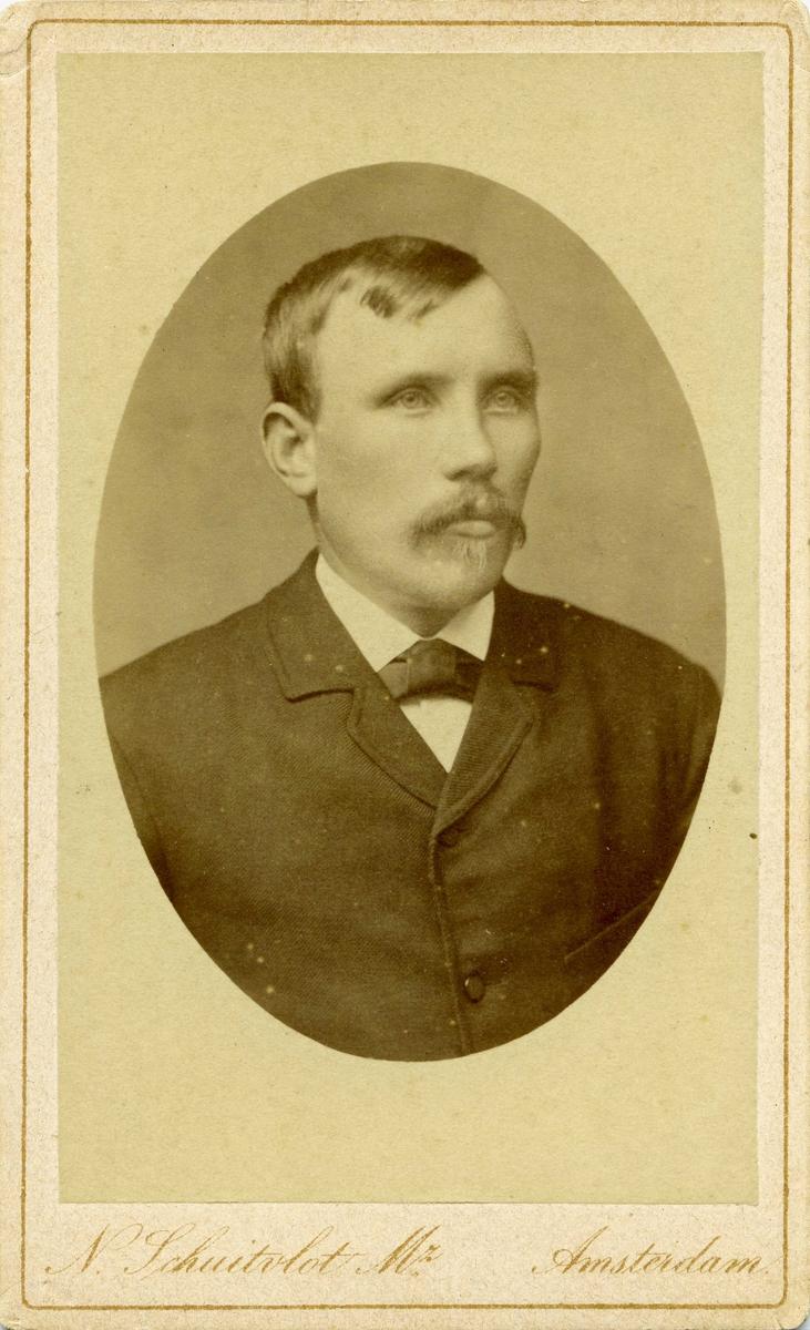 Portrett - Yngre herre med bart.
