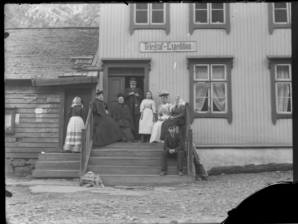 Gruppebilde tatt utenfor 'Telegraf-Expeditionen' Finkongkjeila, Gamvik