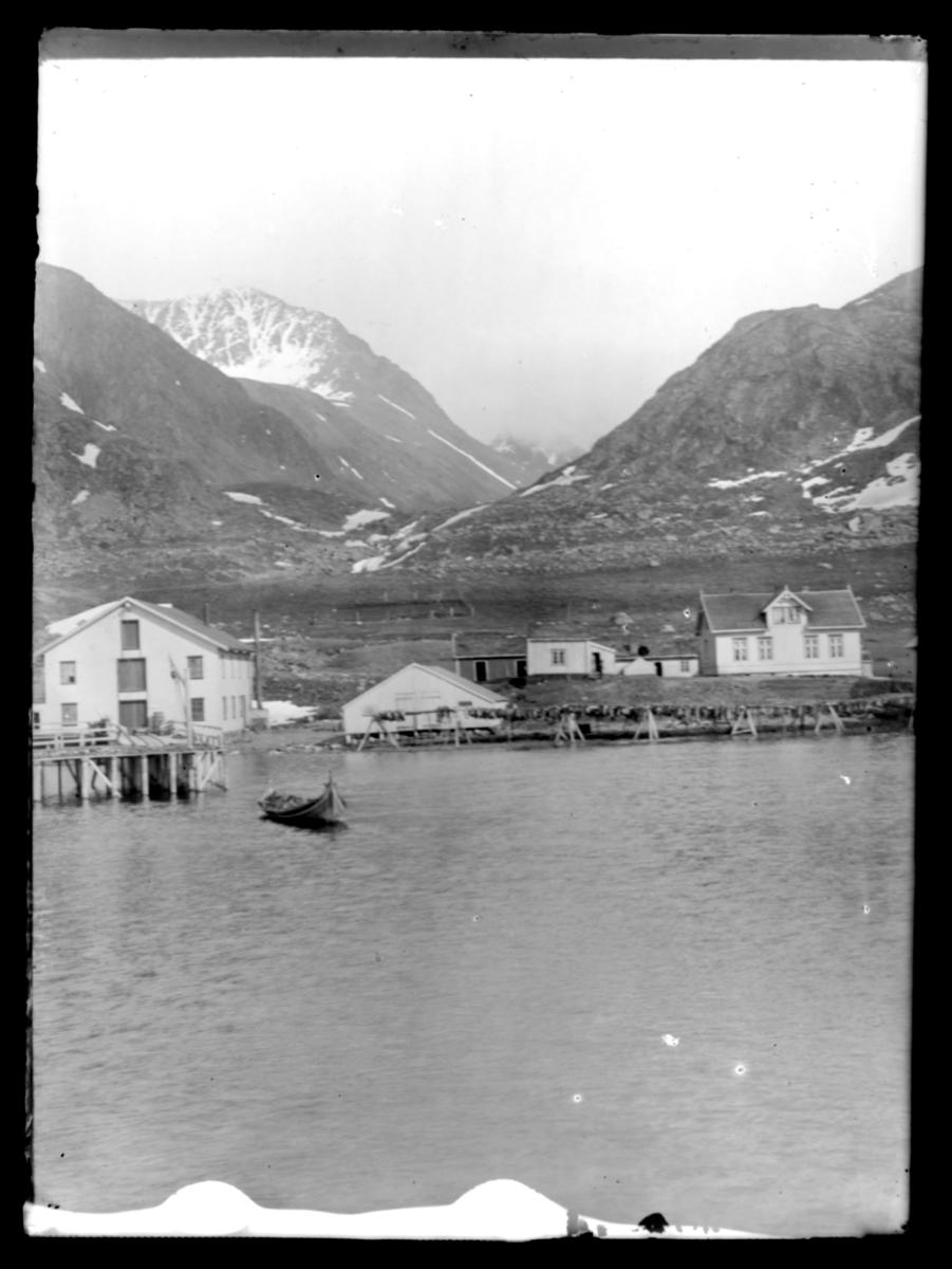Bergsfjord fotografert fra sjøen