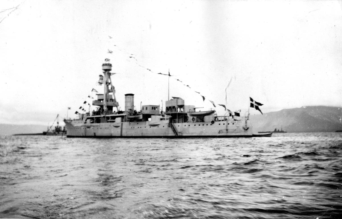 Skeppsgossekåren Minnen från 1927-30 Danska pansarskeppet HDMS Nils Juel byggd 1923, bakom skeppet syns brittiskt slagskepp av Nelson-klassen