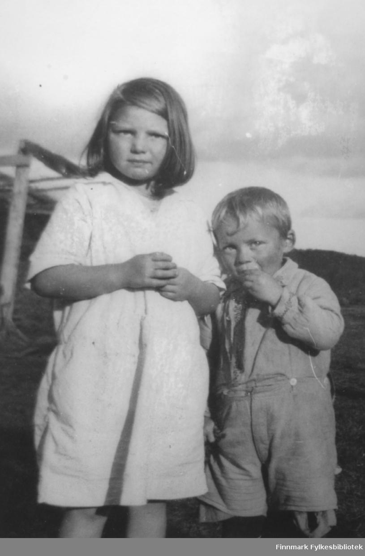 Grethe og Markus Sivertsen fotografert på Veines i Øvre Neiden, ca. 1931-1932