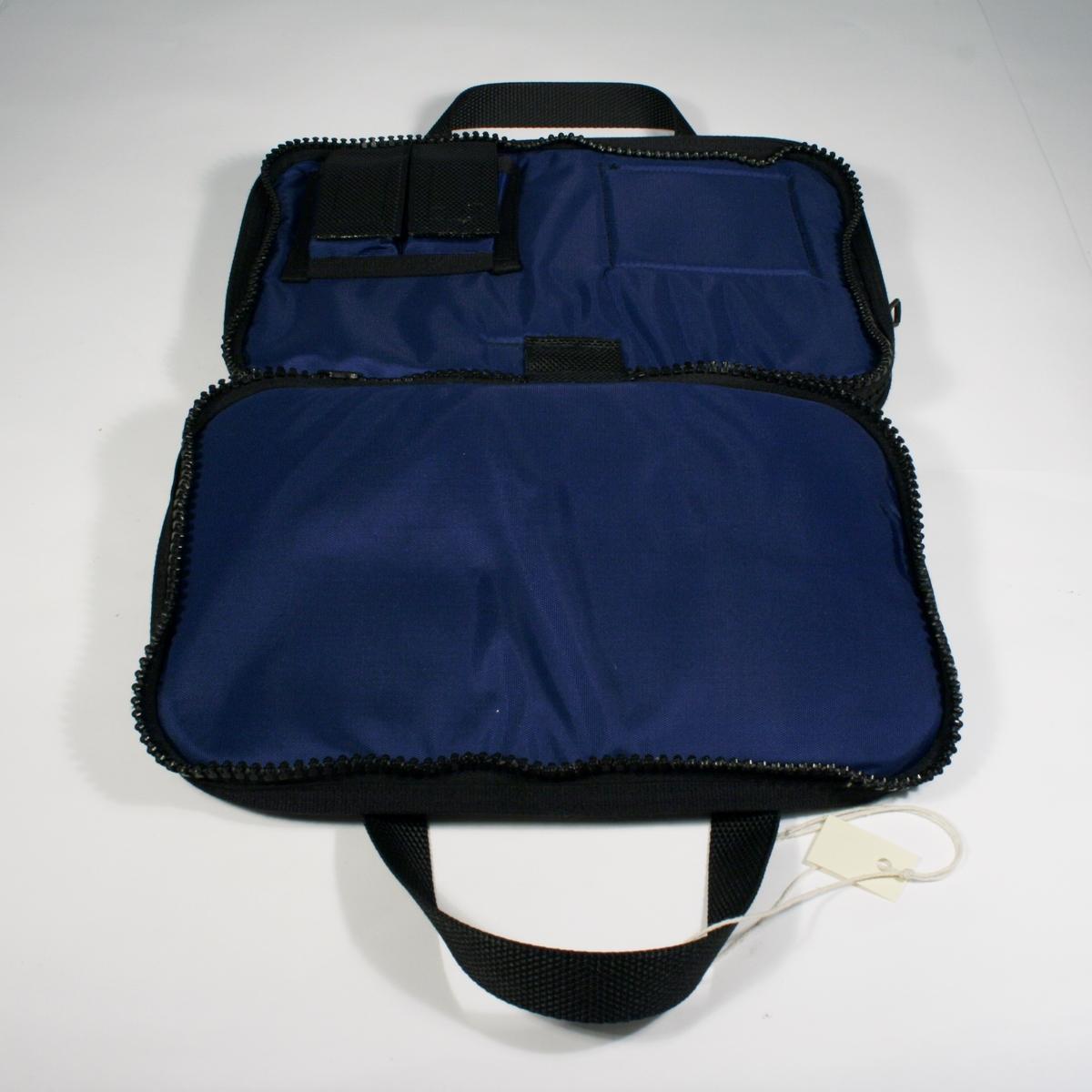 Blå rektangulær bag med sorte detaljer til oppbevaring av skrivesaker, forelegg etc. To lommer lukkes med glidelås og håndtak.