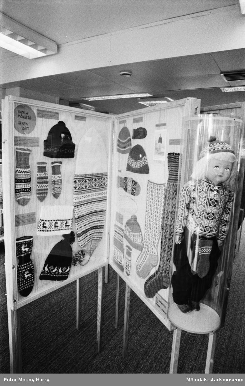 Utställning om halländsk stickning, binge, på Kållereds bibliotek, år 1983.  För mer information om bilden se under tilläggsinformation.