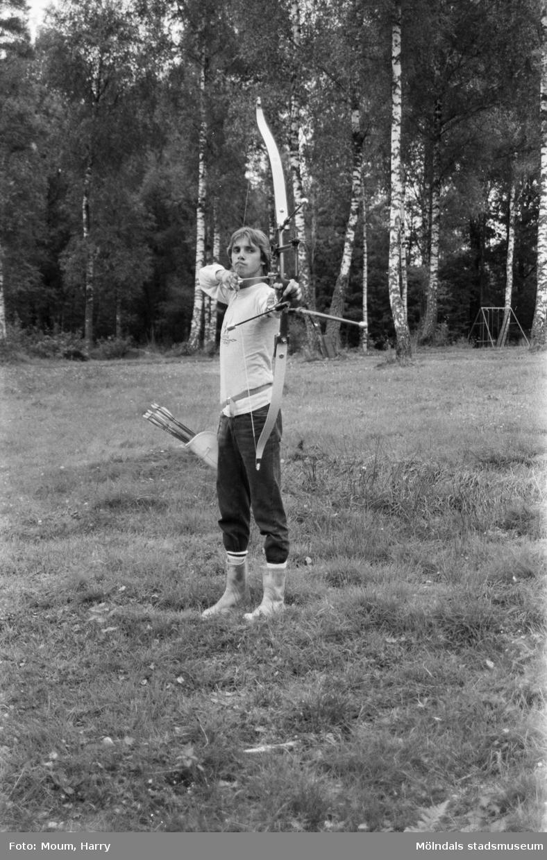 Bågskytt i Lindome bågskytteklubb, år 1983.  För mer information om bilden se under tilläggsinformation.