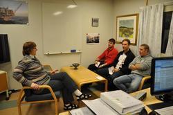 Plattformsjef/OIM Ella Kaliszuk har samtale med tre personer