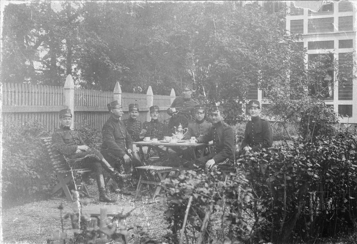 Underofficerare, i trädgården vid gamla underofficersmässen. A 6.