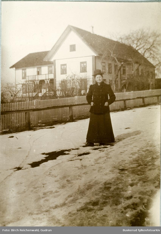 Norderhov prestegård ung pike foran prestegård på vinterstid