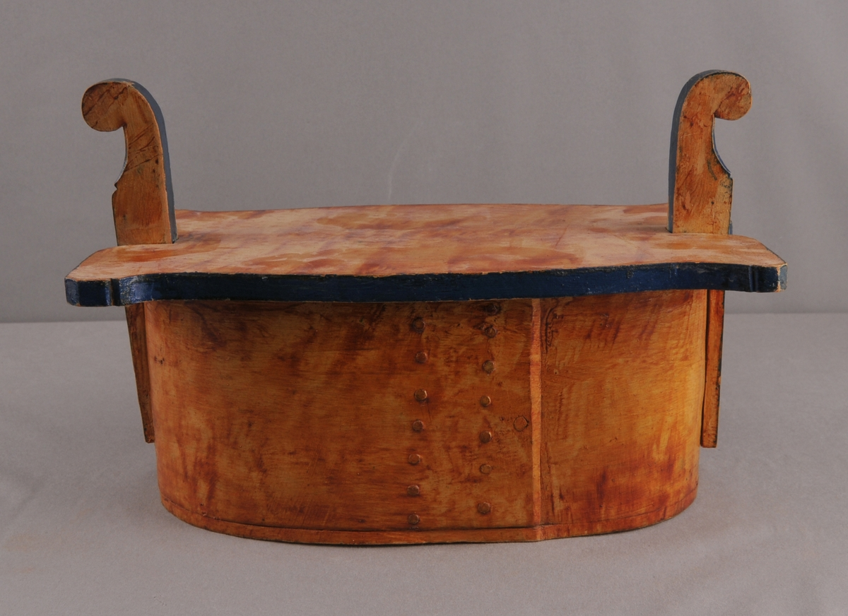 Oval tine med lok, sveipa og sett saman med jernnaglar. Dekorera med ådring og initial på sargen, H. J. D. H.