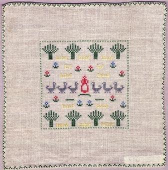 Liten duk med korsstygnsbroderi. Motivet är placerat i en inramad ruta 40 mm innanför kanten, det består upp- och nedtill av en rad pileträd i grönt. Mitt i står en kvinnofigur i rött och på var sida om henne tre gäss på rad, i grått, dessutom strödda blommor i rött, blått och grönt. Duken är fållad runt om, fållen är dekorerad med en korsstygnsbård i grönt. Bottenväv i halvblekt tuskaftat linne, 14 trådar/cm. Broderat med kulört bomullsgarn. Jämför med inv. nr 915.