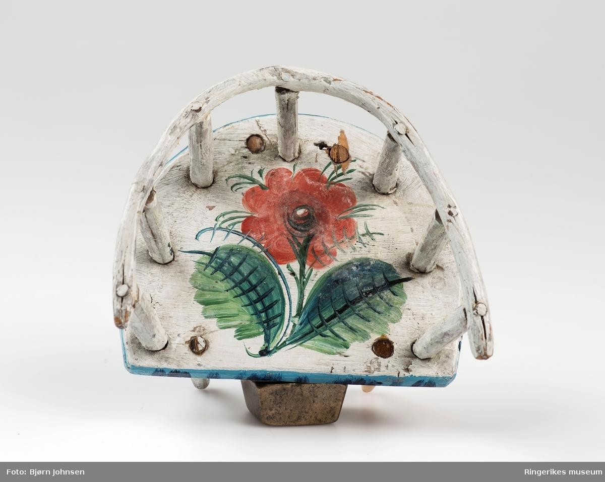 Rosemalt blomsterdekor med tydelige forbilder fra andre dekorerte møbler., kister, skap o.l. Bordet har bla. en åttebladsrose . forskjellige blomster på stol og sittebenk. Benken har tagget kant øverst på ryggen.