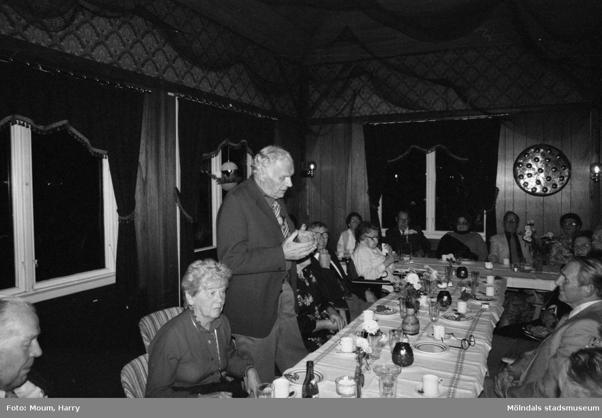 """Skolträff på Kållereds Värdshus, år 1983. """"Åke Johansson talar till sina skolkamrater om skolan förr i tiden.""""  För mer information om bilden se under tilläggsinformation."""