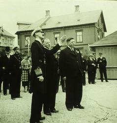Kong Haakon på varemessa i 1937, i middelskolebakgården. Kon