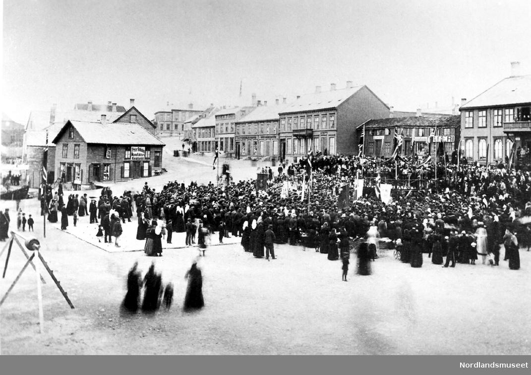 17. Mai i Bodø i 1890-årene. Torvet med Storgaten fra Sparebanken til Bernhoftgården (Perretgården).