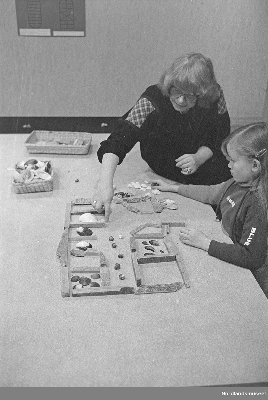 skjellfjøs - TV-opptak i forbindelse med lekeuken 22.-28. okt. 1979. et bord med skjellfjøs, flere personer rundt bordet. en del utstyr i forbindelse med TV-opptaket. lekeuken arrangert på Nordlandsmuseet.
