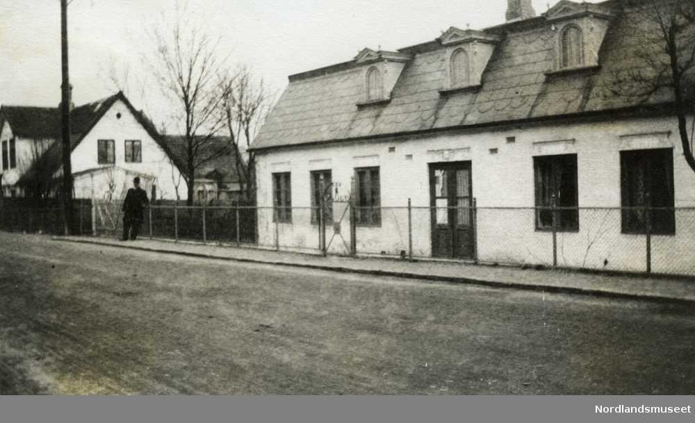 Schjølberg-familien. Et langt, gammelt og en-etasjers hus.