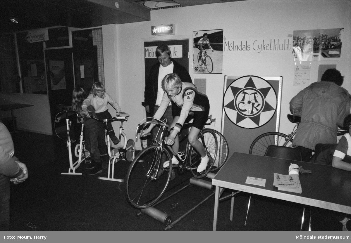 Föreningarna dag på fritidsgården i Kållered, år 1983. Ulrika och Sten-Erik Andersson från Mölndals Cykelklubb.  För mer information om bilden se under tilläggsinformation.