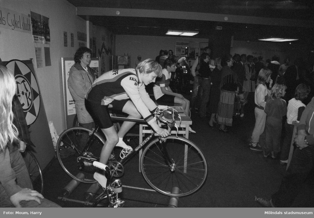 """Föreningarna dag på fritidsgården i Kållered, år 1983. Mölndals Cykelklubb. """"Ulrika Andersson är ett av Mölndals unga löften och testar här en rullmaskin.""""  För mer information om bilden se under tilläggsinformation."""