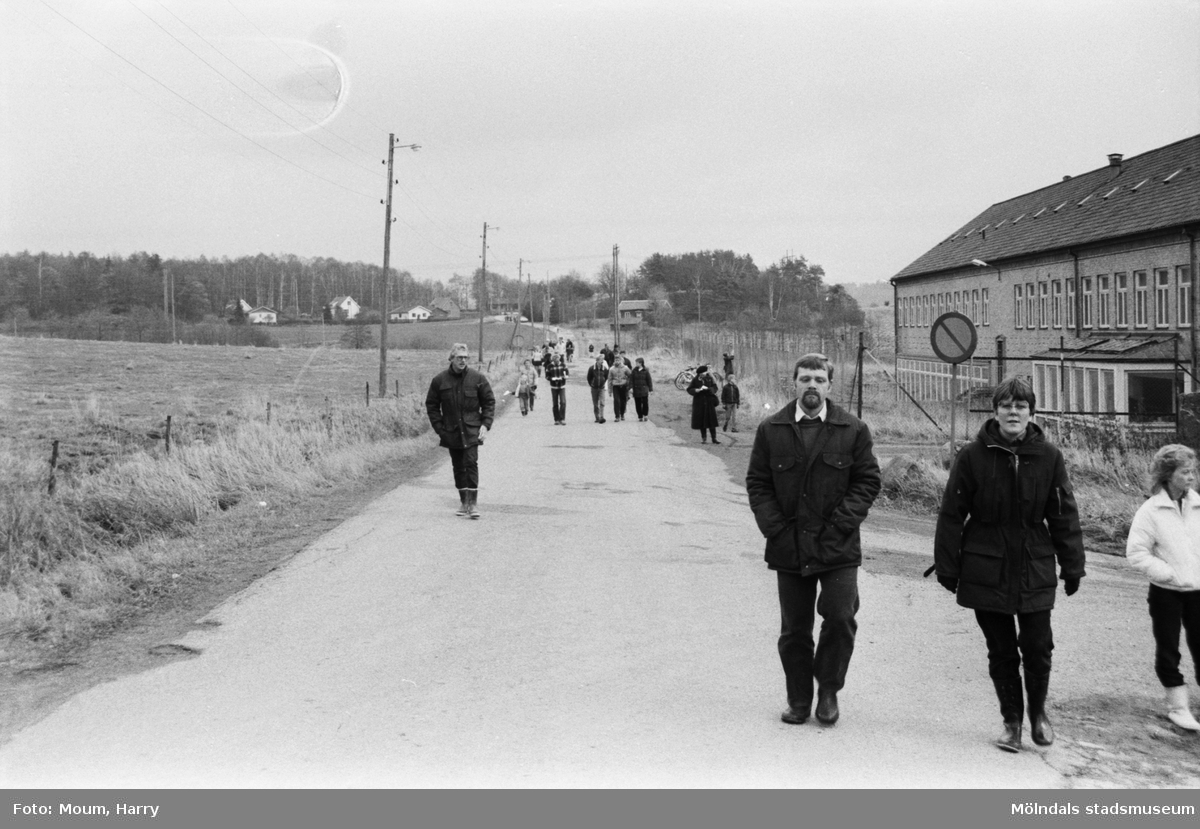 Lindome Bågskytteklubb anordnar poängpromenaden Gåsajakten i Lindome, år 1983. Start vid Gödebergsvägen.  Fotografi taget av Harry Moum, HUM, Mölndals-Posten, vecka 46, år 1983.
