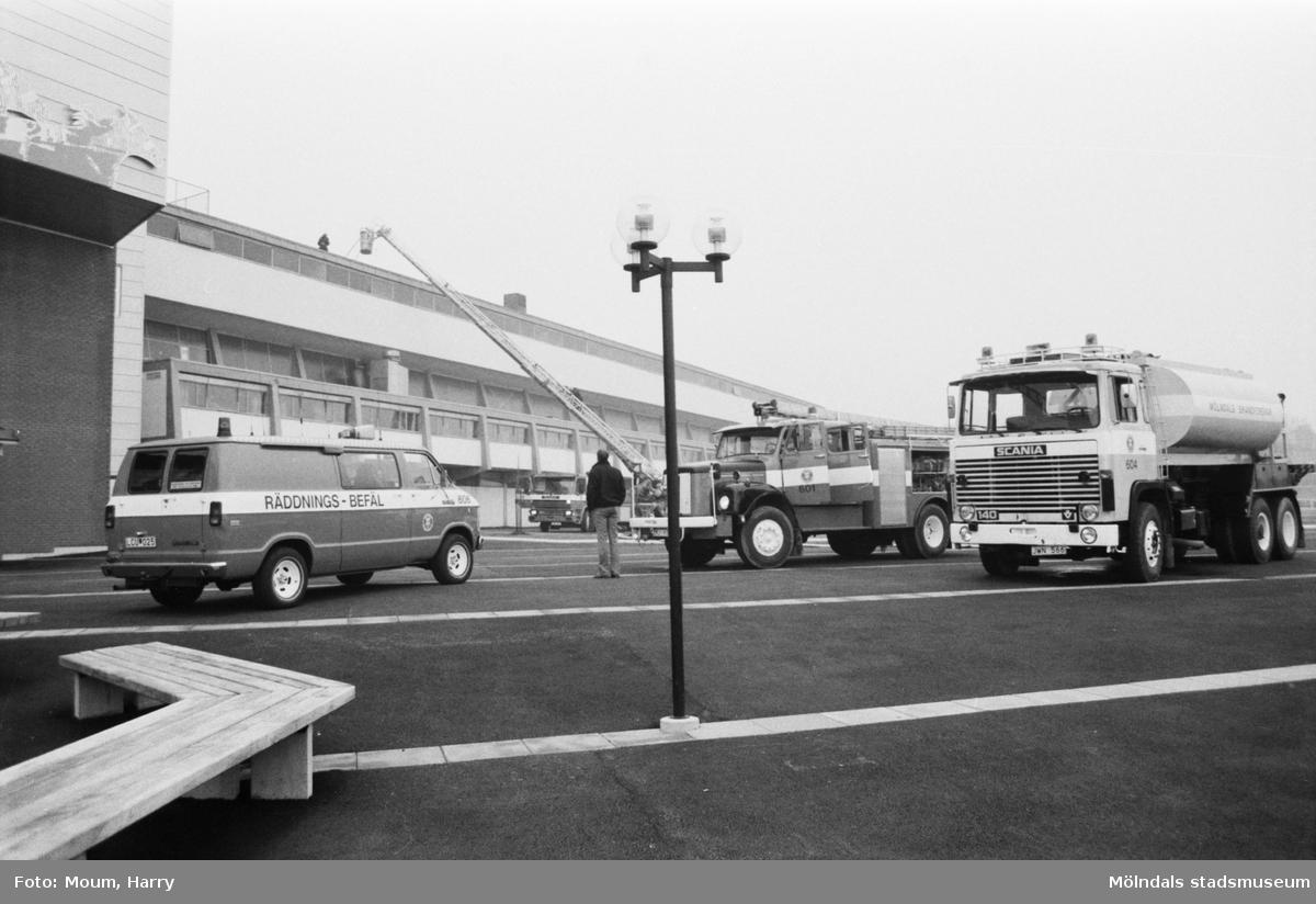 Utryckning med brandbil till Åby travbana i Mölndal, år 1983.  Fotografi taget av Harry Moum, HUM, Mölndals-Posten, vecka 46, år 1983.