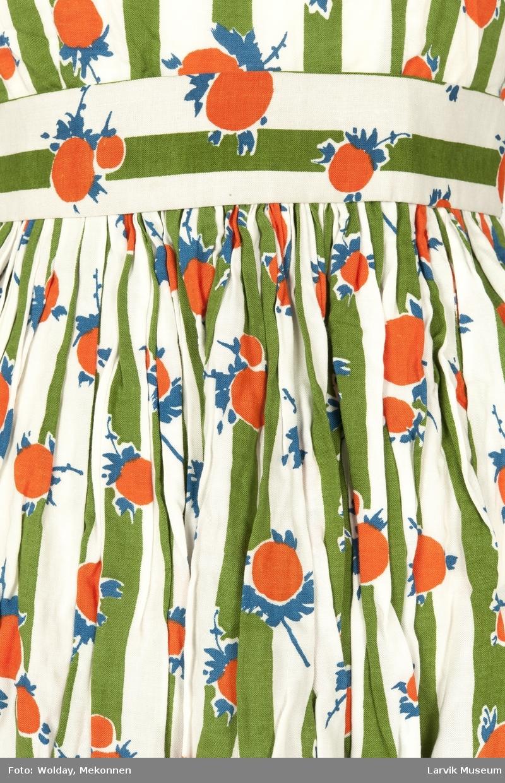 """Trykket motiv med grønne striper og oransje """"frukter"""" med blå blad og stilk"""