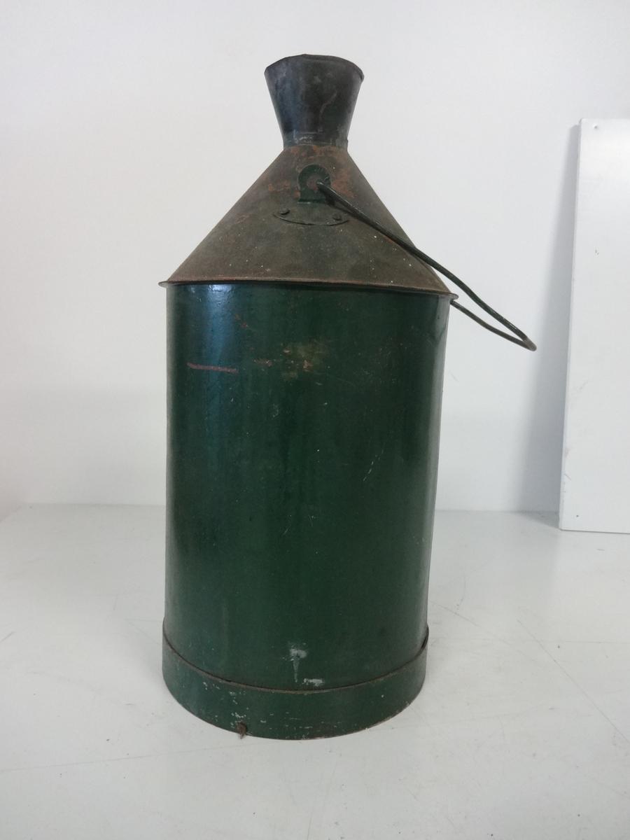 Oljekanne brukt til transport og påfylling av olje/parafin på fyr eller fyrlykter. Kannen har vippehank som håndtak og åpning på toppen. Rund konisk form. Kannen er malt grønn.