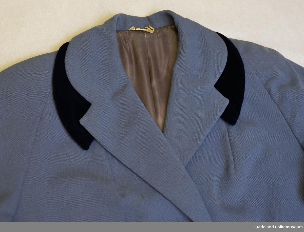 6ca4c0b6 Sommerkåpe, ytterplagg. Gråblå ullrips foret med grå silkelign. satin.  Enkeltspent med 3