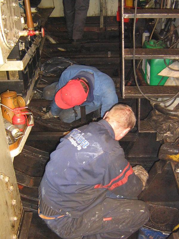 Rengjøring av maskinrommet på MB Mørkfos (Foto/Photo)