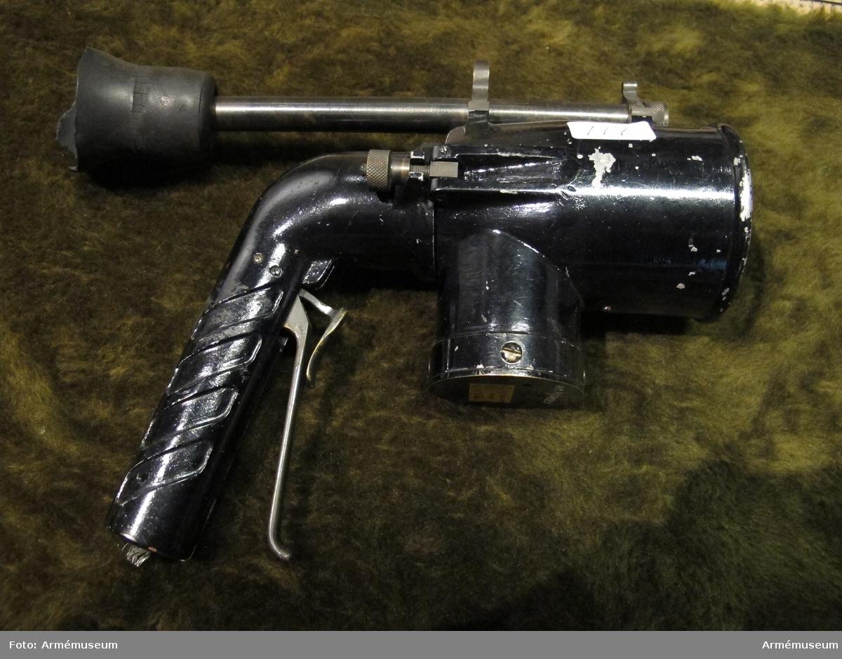 Grupp H III.  Signallampa med handtag av pistolkolvtyp. Annat nr: AGA 113. AGA:s beskrivning: Militärsignalstrålkastare. Ritning nr EX-3226, -3266, -3270, -3273, -3277, -3284.