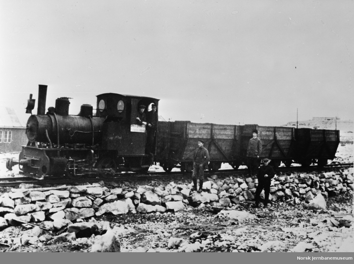 Damplokomotiv med kullvogner på Bjørnøya