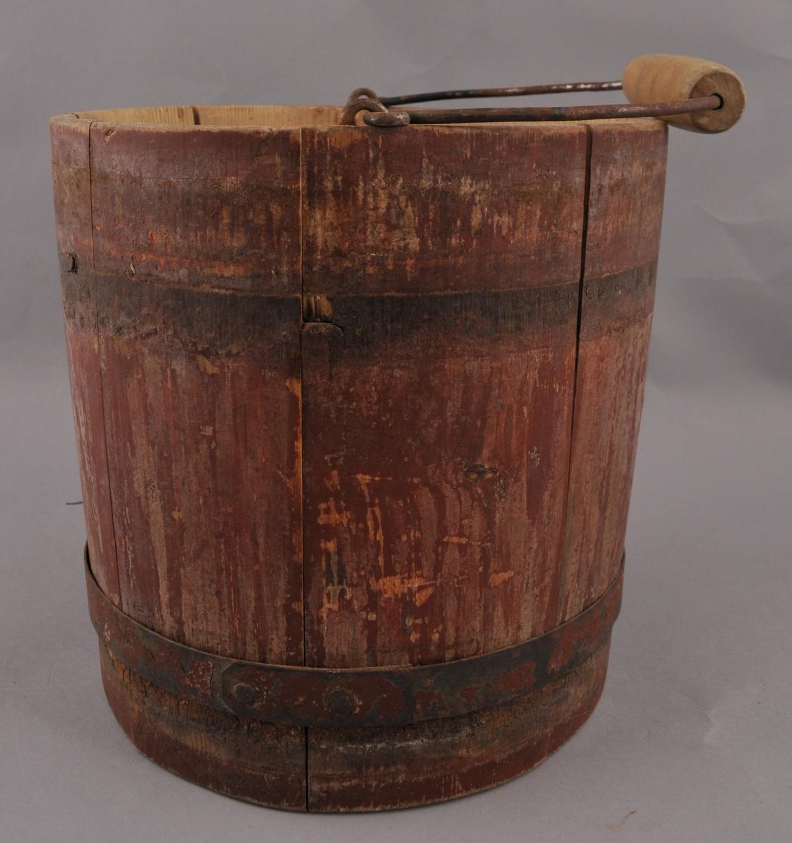 Lagga trebytte, sett saman av åtte stavar og to gjorder i jern. Handtaket er av jern med gripetak i tre, og det er fest til bytta med jernkrokar. Utvendig er bytta raudmåla.