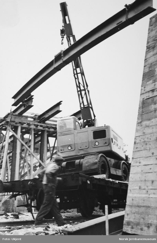 Anlegget Mosjøen-Mo i Rana : bygging av bruovergang ved Halsøy, pel 200, Havnevesenets kranbil