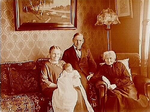 Rumsinteriör. 4 personer i soffan.Byggmästare Clas Råhlén