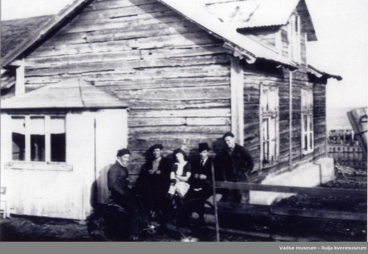 I husveggen utenfor Grethe Julkunens hus. Fra venstre Henry Harjo, Gunvald Harjo, Magna Niska, Rolf Berg (lærer) og Rolf Biedilæ, Skallelv 1946.