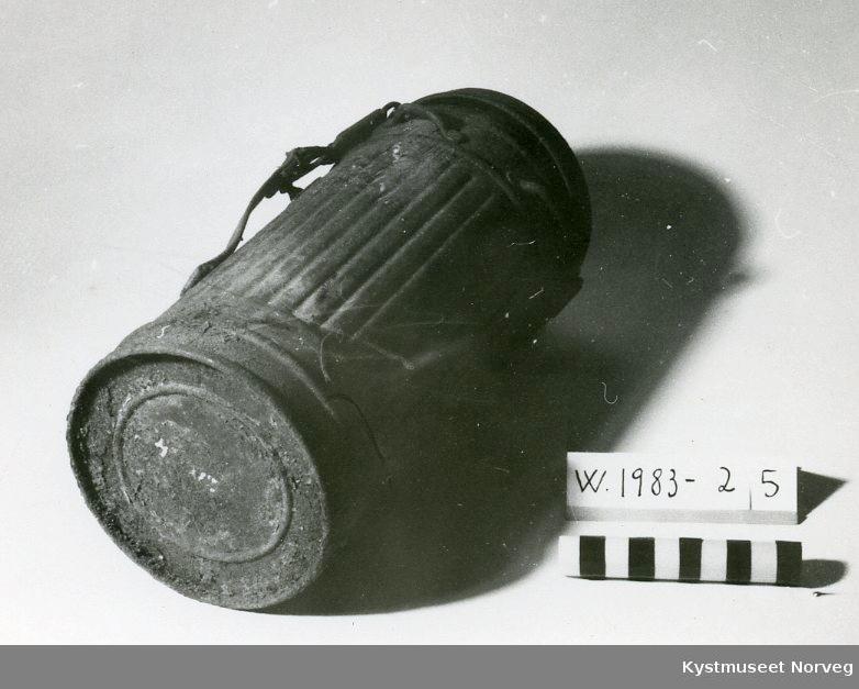 Form: Oppbevaringsboksen er sylinderformet / Maske er ansiktstformet med beholder for aktivt materiale (Kull)