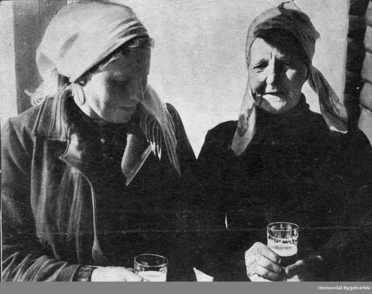 Frå venstre: Sigrid Haugen (1891-1958), fødd Hulbak, og Ragnhild Vente (1866 - ??), fødd Grøte.
