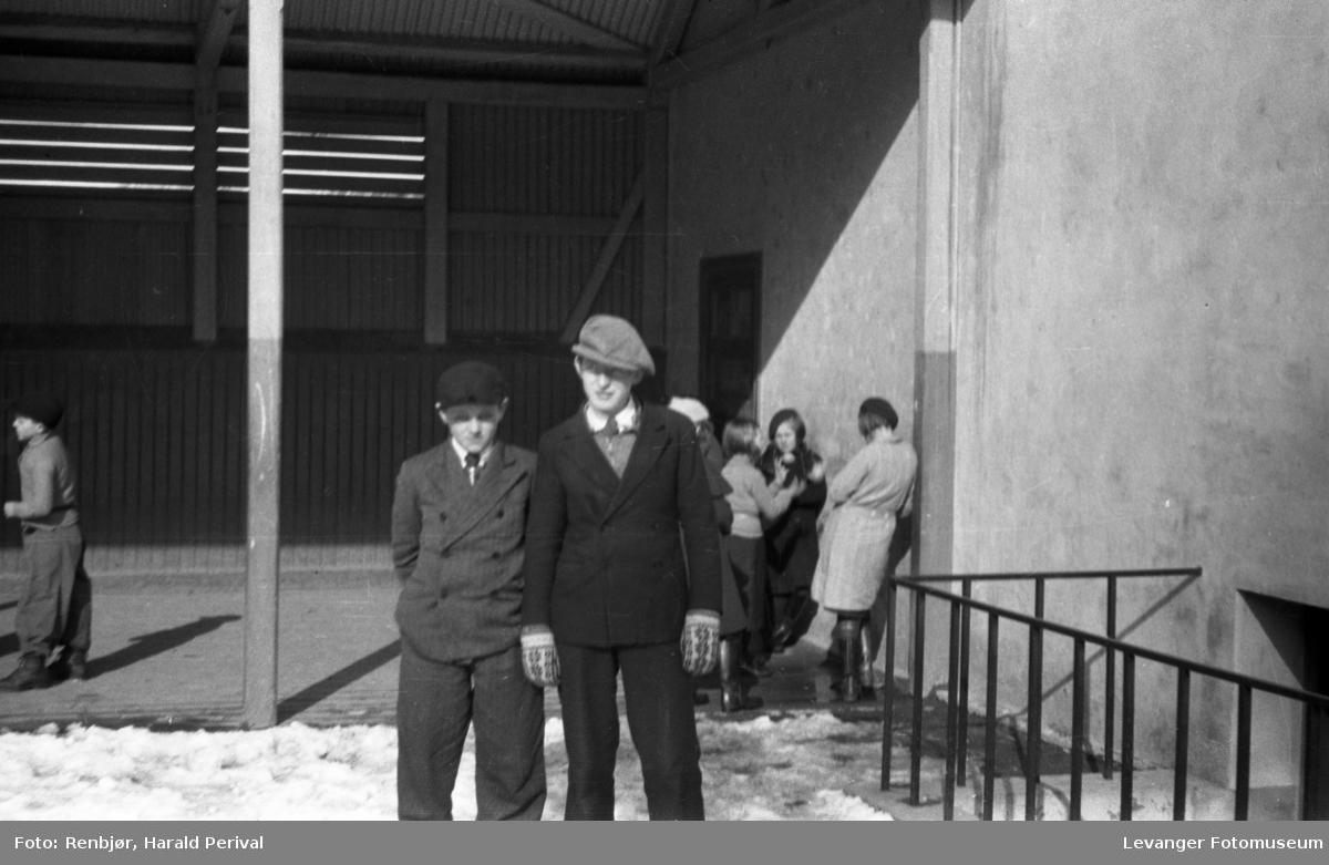 Elever i skolegården.