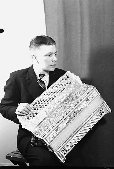 En man med musikinstrument (dragspel).Knut Gustavsson