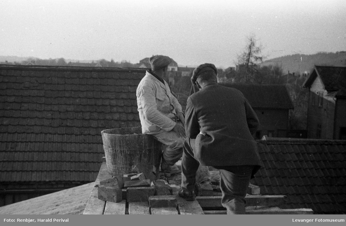 Arbeidere på taket, muraebeid.