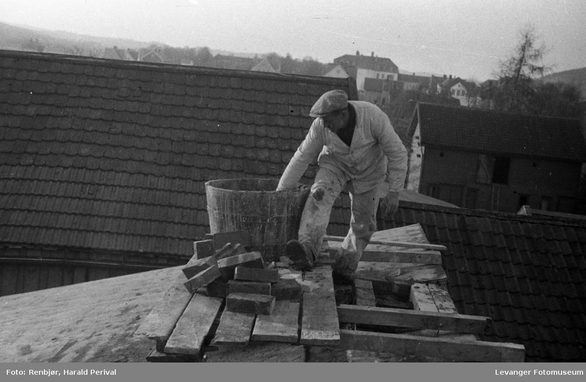 Arbeider på taket., murarbeid.