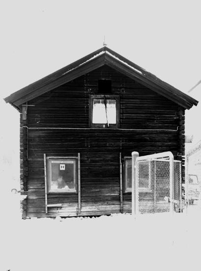 Bostadshus i liggtimmer.Vinterbild.
