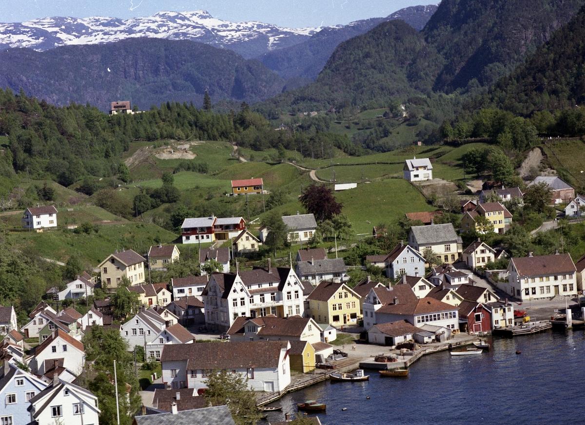 Huser hotell kai båter skog veg fjell sjø