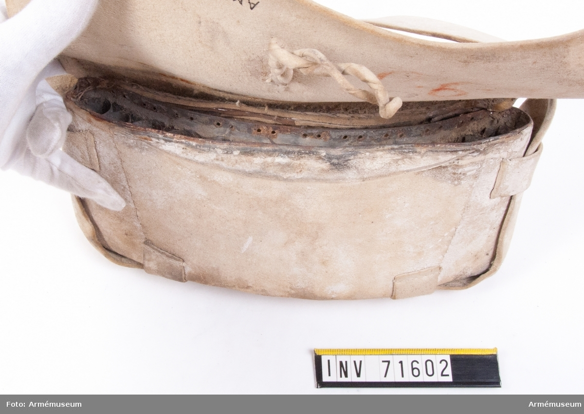 Grupp C II. Med metallinsats för 12 st patroner (enhetspatroner med pappershölje). Dragonmodell från 1770-talet.  På insidan, under locket finns en ficka. Insatsen är gjord av bleckplåt med plats för 13 patroner med 18 mm kaliber.