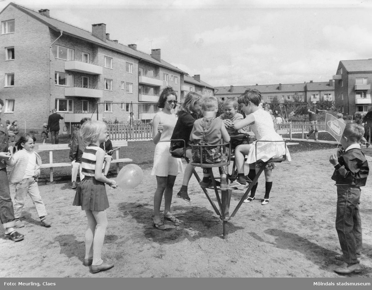 Lekplatsen Hagåkersleken vid Hagåkersgatan, Bosgården i Mölndal på 1960-talet. Kvarterslekplats, ombyggd och minskad 2007.