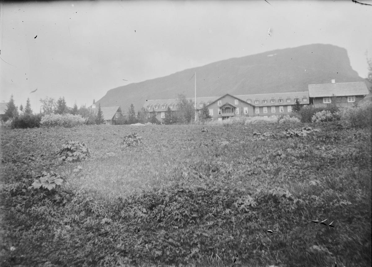 Gausdal Sanatorium. I bakgrunnen sees fjellet Skeikampen.