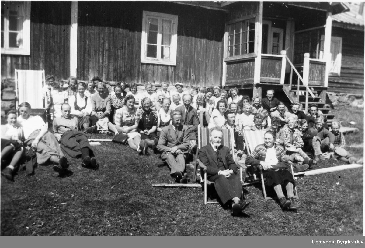 Yngres og Hemsedal Kristelege Ungdomslag på tur til Nilsongardstølen, Jordheimstølane i Hemsedal, i 1942.