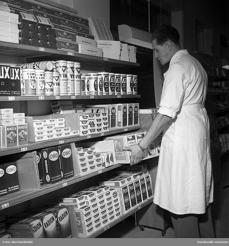 Reportagebilder om arbetet i en konsumbutik.
