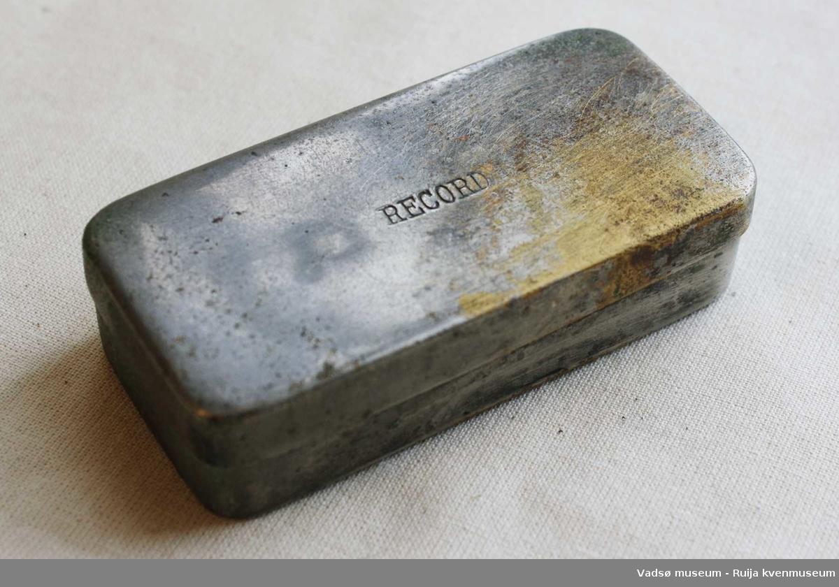 Sprøyten mangler nål. Ligger i to deler i en metallboks.