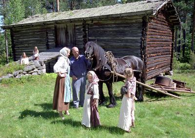 Friluftsmuseet_Hest_og_folk_pa_Finnetunet.jpg