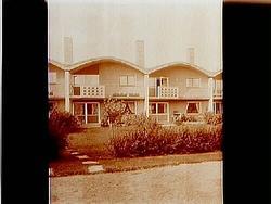 Tvåvånings radhus med balkonger.(Försäljare L. Andersson)