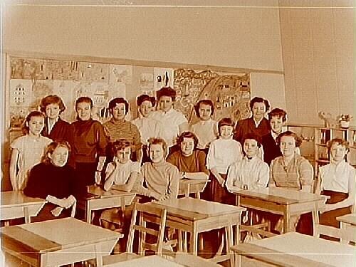 Vasaskolan, klassrumsinteriör, 16 flickor med lärarinna fru Ebba Erlandsson, klass 8d, sal 17.